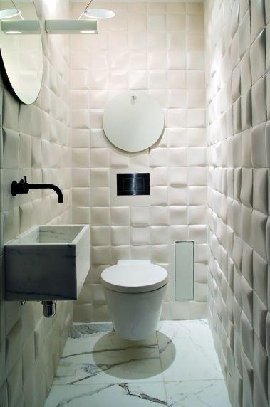 System spłukujący schowany w ścianie, miska ustępowa inspirowana kształtem wiadra w oryginalnej łazience
