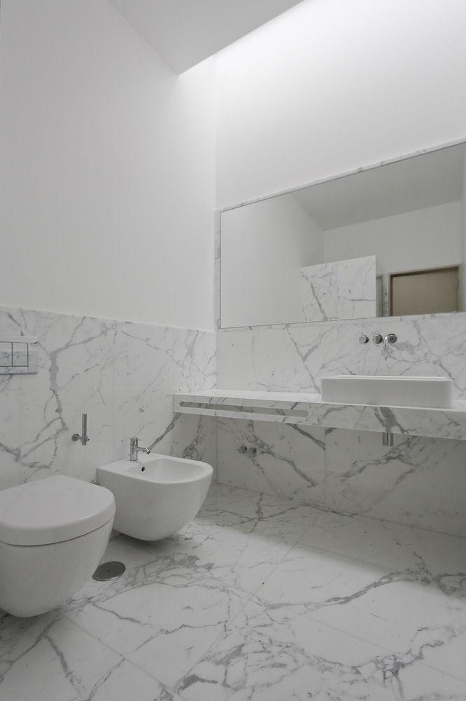 miska ustępowa wisząca w szarej marmurowej łazience