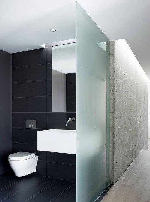 miska ustępowa z systemen podtynkowycm w czarnej łazience