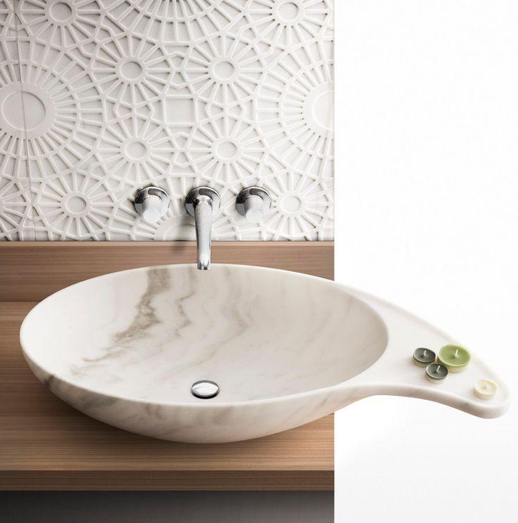nietypowy kształt umywalni z kamienia na drewnianym blacie