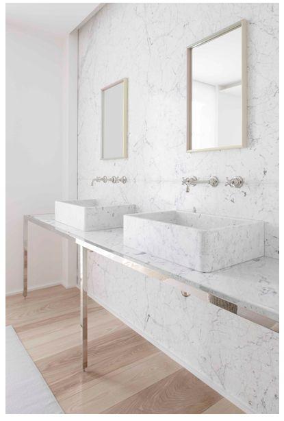 marmurowa prostokątna umywalka z zamienia z zaokrąglonymi narożnikami, na ścianie marmur