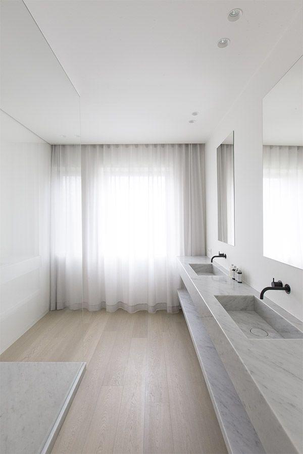 umywalka z kamienia, z tego samego materiału została wykonana półka pod blatem w łazience wyłożonej jasnymi panelami