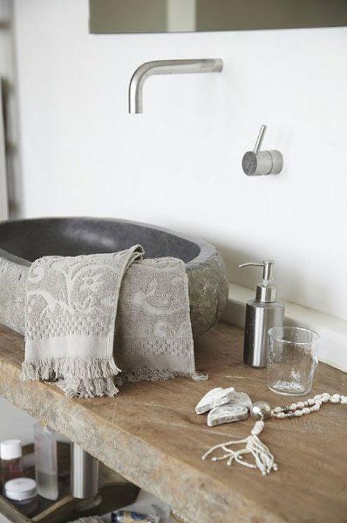 umywalka z kamienia z nieregularnymi bokami i wypolerowanym wnętrzem