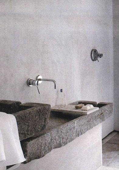 duża, podwójna umywalka z kamienia, z widoczną chropowatą fakturą wewnętrz i na zewnątrz bryły