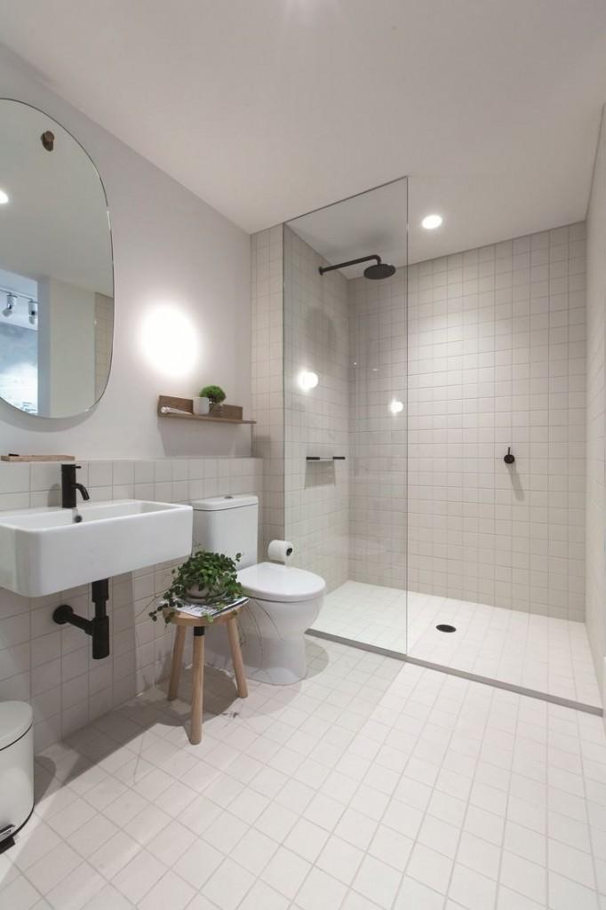 biała łazienka plus czarne baterie i drewniane dodatki, czyli łazienka w stylu skandynawskim