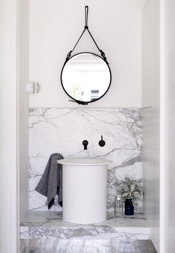 marmur, umywalka w kształcie wiadra i czarne dodatki czyli łazienka w stylu skandynaskim