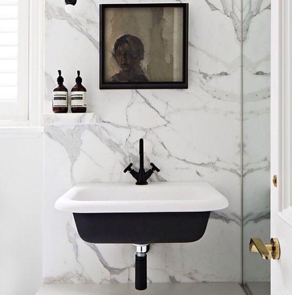 czarna umywalka w zestawieniu z białym marmurem, czarną baterią i czarnym syfonem, to zdjęcie niewiele pokazuje ale dużo mówi, to jedna z moich ulubionych realizacji! Łazienka w stylu skandynawskim