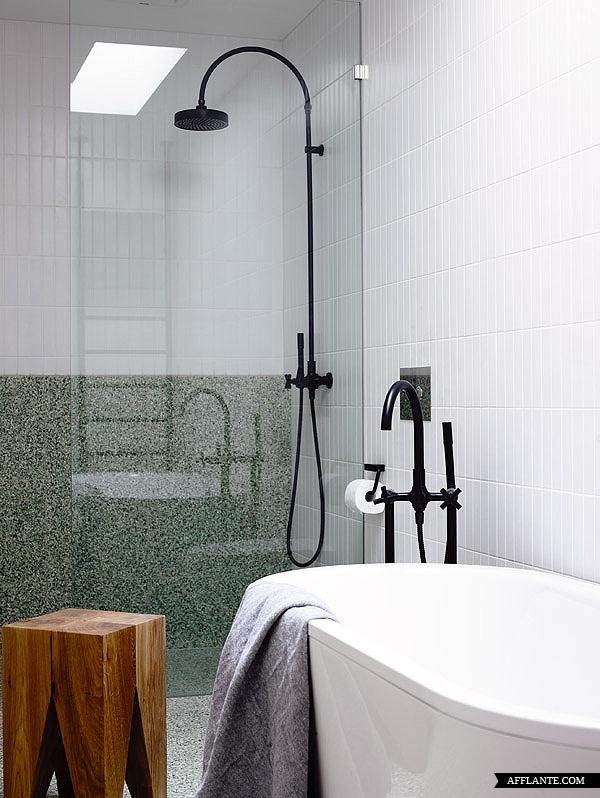 biała aranżacja plus czarne baterie, tak wyglądać może łazienka w stylu skandynawskim
