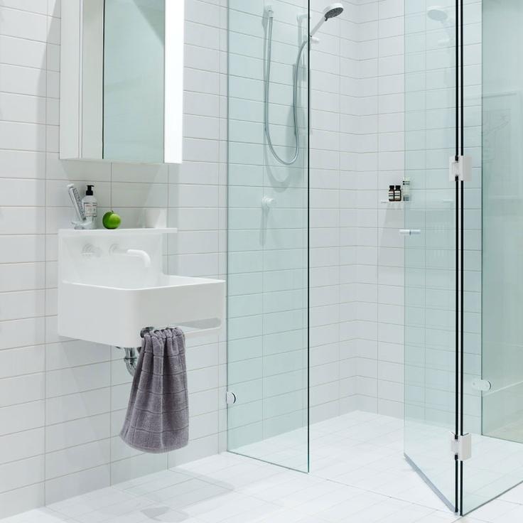 biała prosta łazienka w stylu skandynawskim, tym razem wykończona białymi bateriami