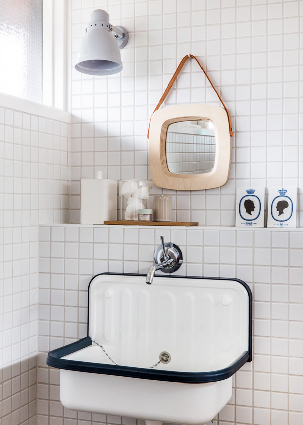 białe małe płytki, industrialna umywalka, małe drewniane lusterko...prosto, jasno i bardzo oryginalnie czyli łazienka w stylu skandynawskim