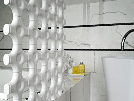 Designerskie grzejniki łazienkowe firmy Tubes w formie siatki, stosowany jako przegrody