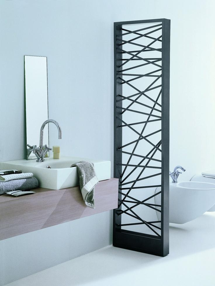 grzejniki łazienkowe jako forma przegrody. czarny grzejnik o nietypowym kształcie , stalowy grzejnik MIKADO by SCIROCCO H