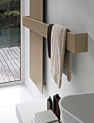 nowoczesne w beżowym kolorze grzejniki łazienkowe działające jako chwyt na ręczniki