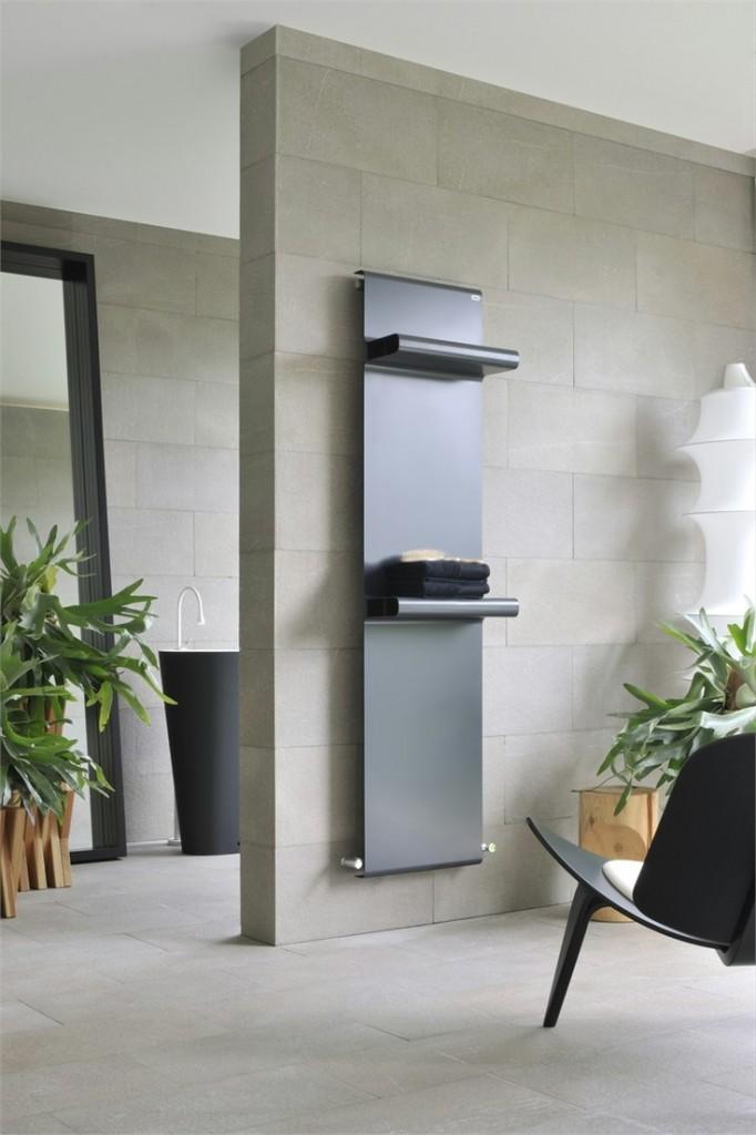 Grzejniki łazienkowe mogą tak jak w tym przypadku posłużyć jako półki na ręczniki