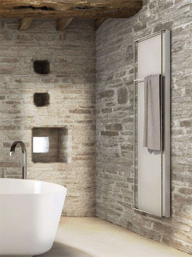 minimalistyczne grzejniki łazienkowe w minimalistycznej łazience z cegieł i bali