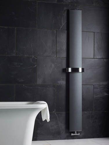 grzejniki łazienkowe mogą mieć różnorodną formę, jak np. ten czarny minimalistyczny w swojej prostocie grzejnik z uchwytem na ręcznik, firma Bisque