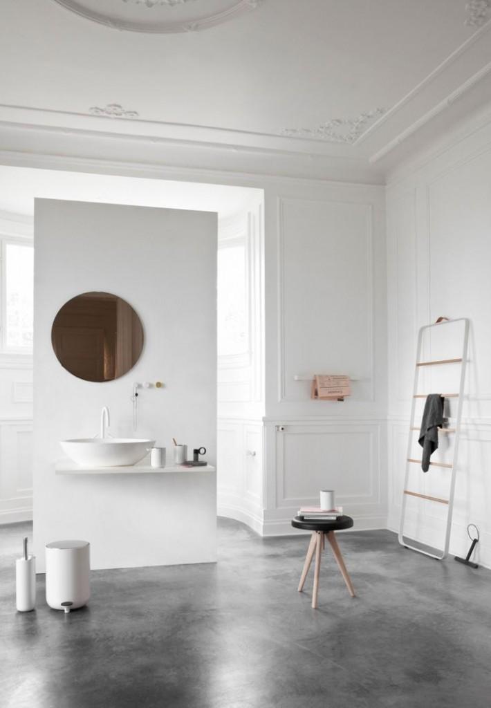 minimalistyczne akcesoria łazienkowe na dużej powierzchni pokoju kąpielowego