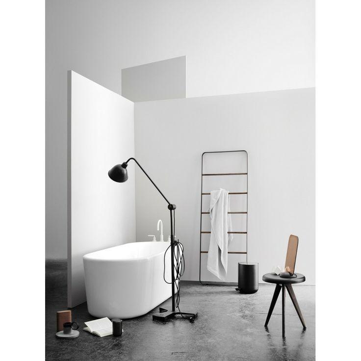 czarne akcesoria łazienkowe: lampa podłogowa, taboret, świece i grzejnik - drabinka