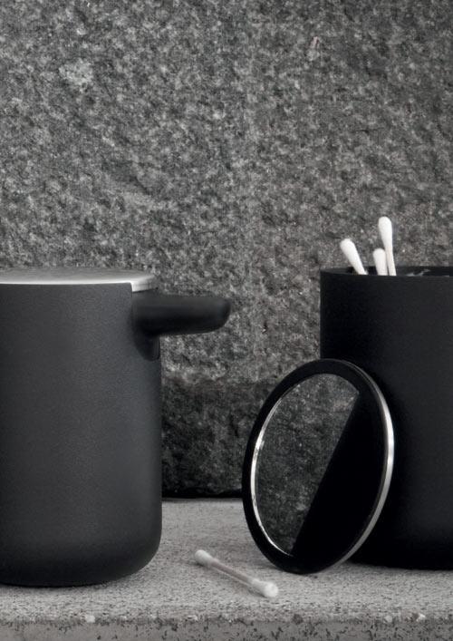 eleganckie akcesoria łazienkowe w tym pojemnik na patyczki i lusterko