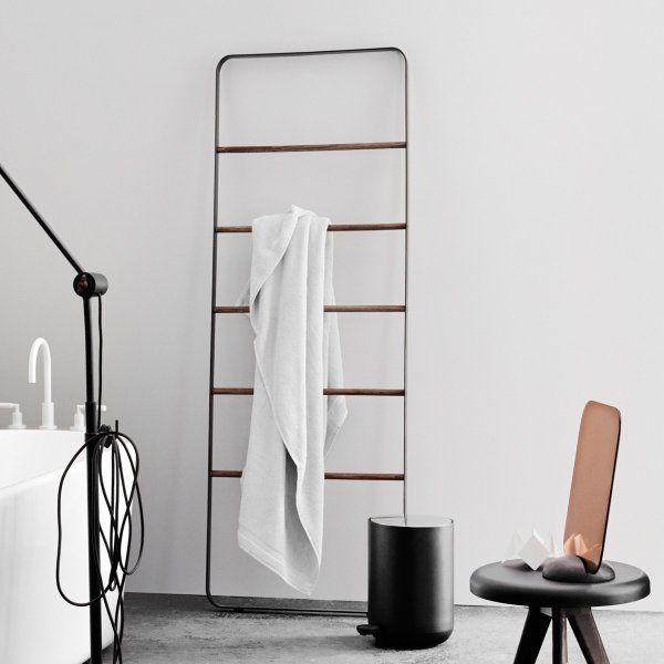 akcesoria łazienkowe - czarny wieszak w kształcie drabiny na tle białej ściany
