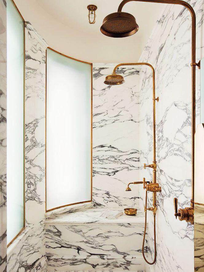 marmur i stylizowane baterie prysznicowe naścienne w kolorze starego złota