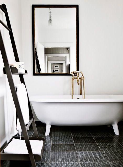 stylizowana bateria wannowa w biało czarnej łazience