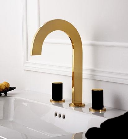 nowoczesna, trójotworowa bateria umywalkowa w kolorze połyskującego złota z czarnymi kurkami