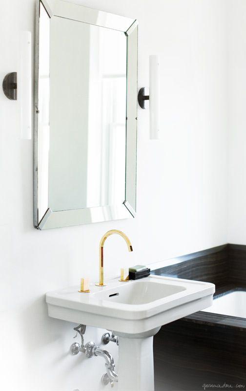 piękna złota bateria umywalkowa umywalkowa w białej, minimalistycznej łazience