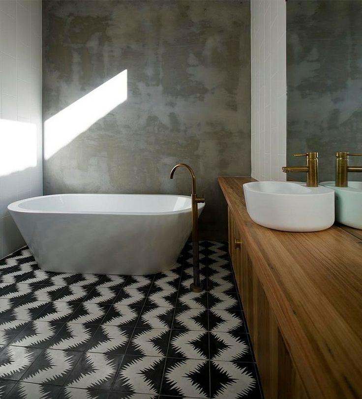 nowoczesne bateria umywalkowa i wannowa w kolorze mosiądzu w łazience z wanną i wzorzystą podłogą