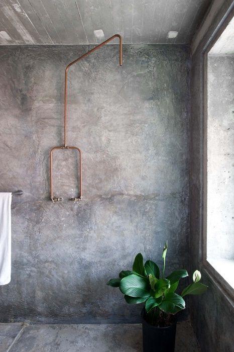 instalacja w łazience w bardzo surowej wersji, bateria z rurek miedzianych - końcówka prysznica bez deszczownicy