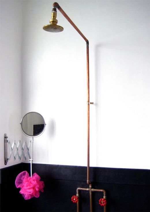 instalacj w łazience w formie baterii prysznicowej z czerwonymi kurkami
