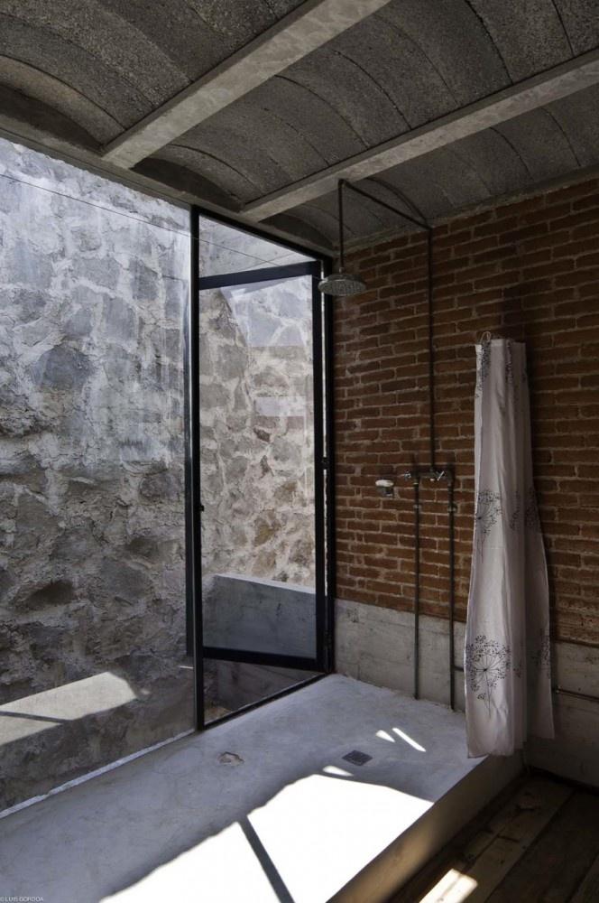 bateria prysznicowa w typowej industrialnej łazience