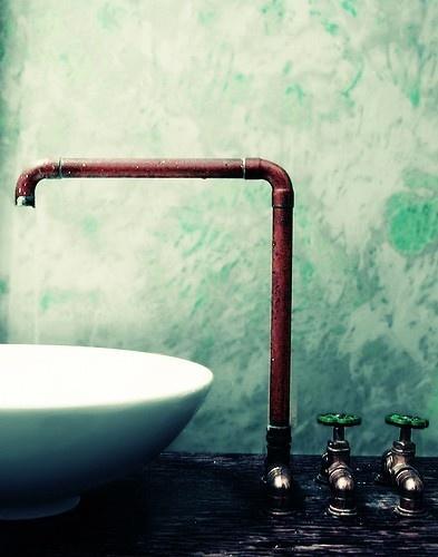 instalacja w łazience w prostej formie miedzianej rurki