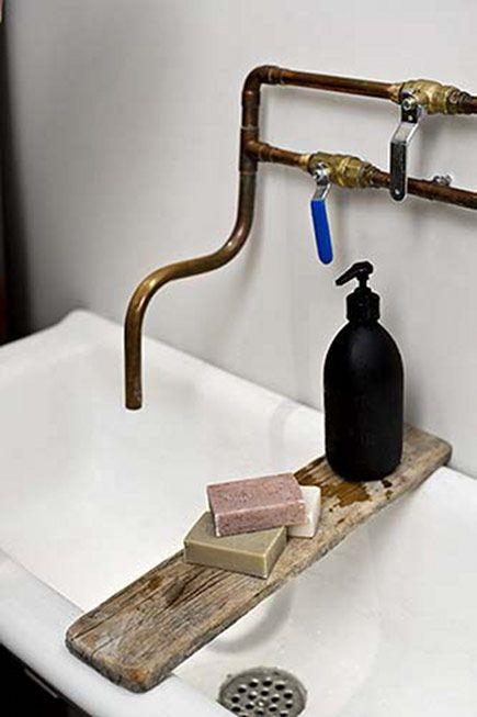 miedziana instalacja w łazience industrialnej