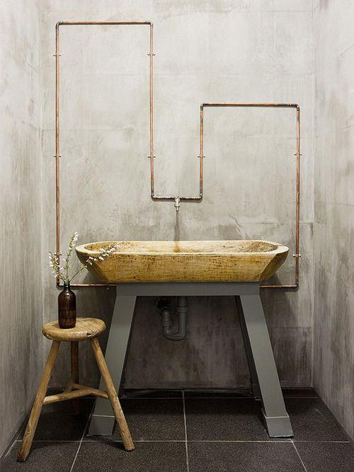 widoczna na ścianie instalacja w łazience w stylu industrialnym