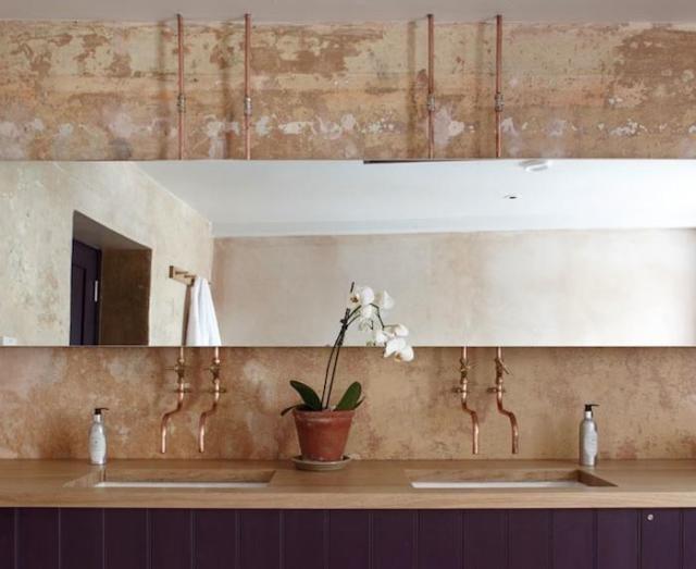 rurki instalacyjne w łazience industrialnej za lustrem