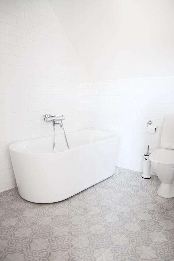 szare płytki cementowe w łazience w białej aranżacji