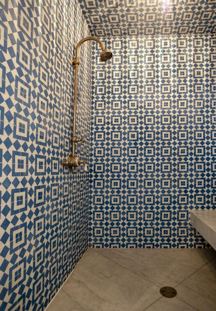 Prysznic wyłożonnywzorzystymi płytkami cementowymi