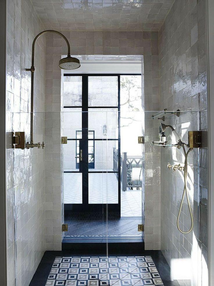 stylizowana łazienka w geometryczne płytki cementowe