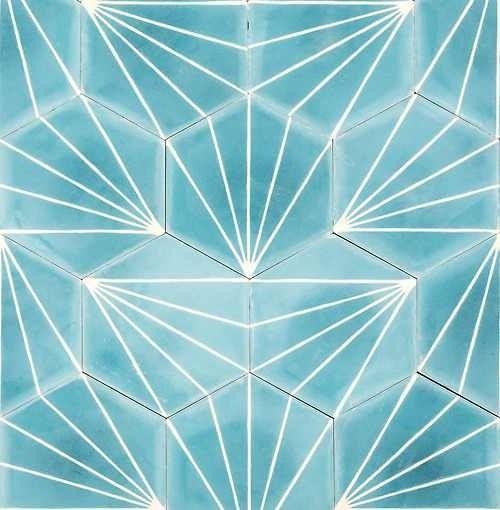 niebieskie heksagonalne płytki cementowe ze wzorem