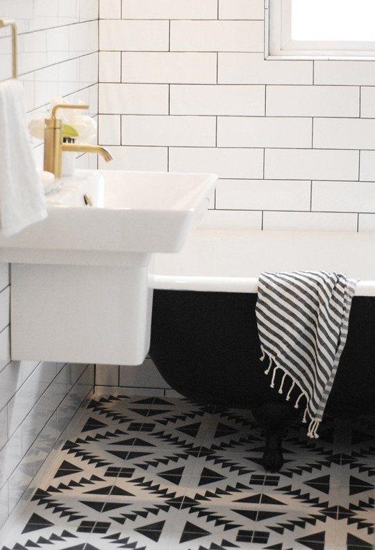 biało-czarna łazienka i biało-czarne cementowe płytki na podłodze
