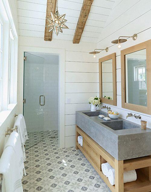 biało-szare płytki cementowe i biało-szara łazienka z dodatkiem drewnianych elementów