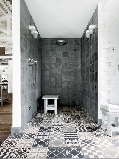 wzorzyste cementowe płytki na podłodze łazienki projektu Paoli Navone