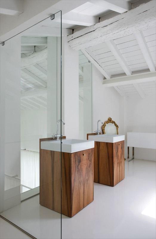 duże, pionowe lustra łazienkowe ulokowane za umywalkami powiększają przestrzeń