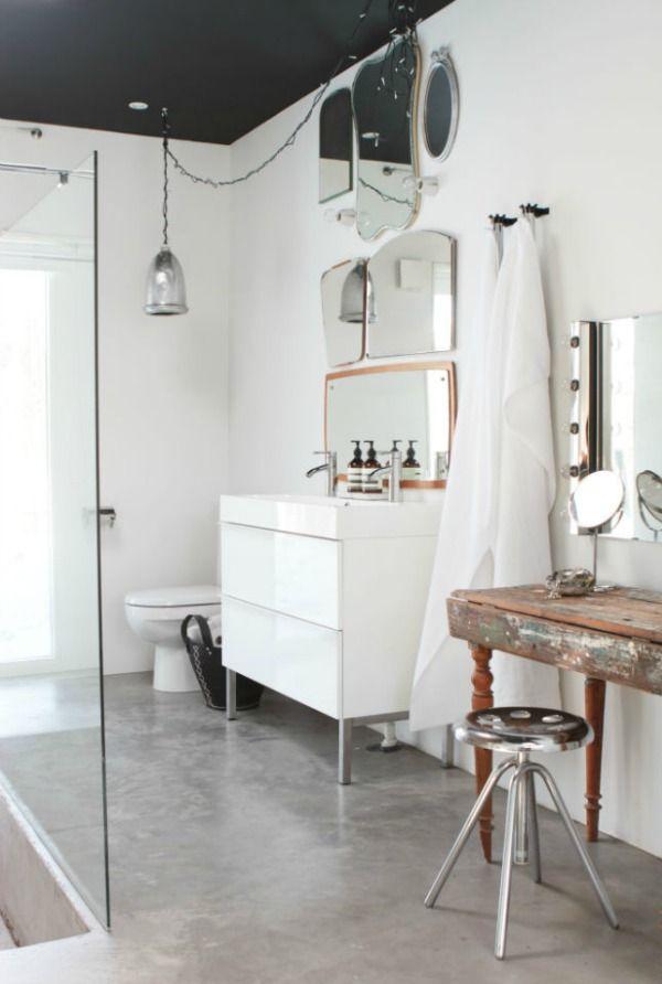 kompozycja różnych luster łazienkowych zamontowanych na ścianie nad umywalką