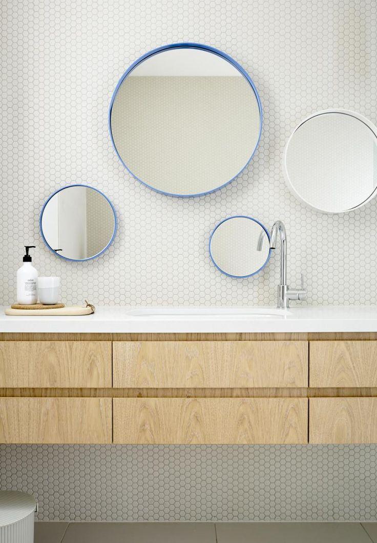 kompozycja okrągłych luster łazienkowych w niebieskich ramach