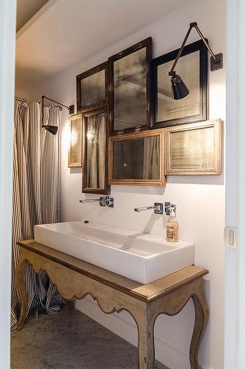 kryształowe lustra łazienkowe skomponowane i oświetlone nad podłóżną umywalką