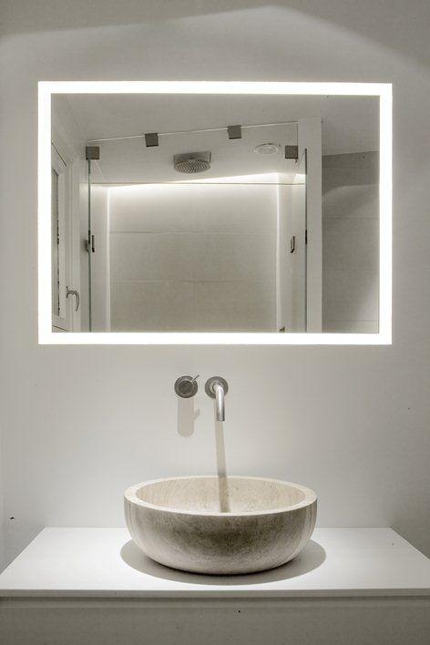 lustro łazienkowe, które dodatkowo stanowi lampę w łazience