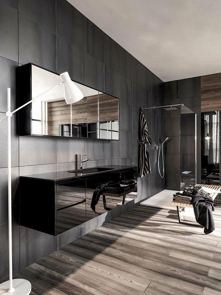 lustro łazienkowe zamontowane na drzwiczkach szafki