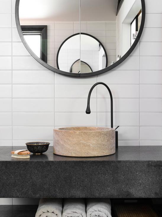 okrągłe lustro łazienkowe powieszone naprzeciwko drugiego lustra okrągłego dające efekt powielania